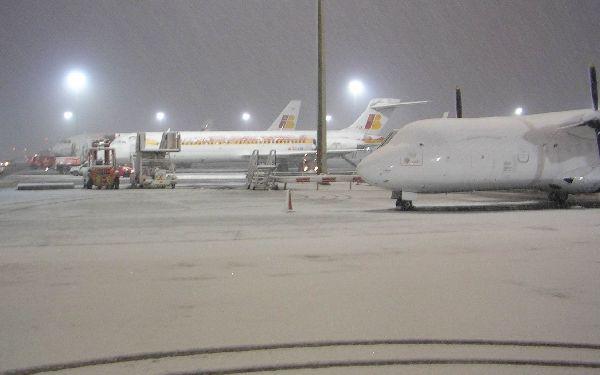 La llegada del invierno supone un problema añadido en numerosos aeropuertos.
