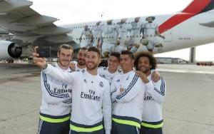 Los jugadores posan para un 'selfie' ante el avión.