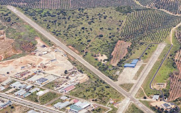 El aparato se desvió al aeródromo de Beas (Jaén) por causas que se desconocen.