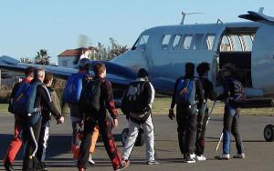 El lanzamiento de paracaidistas es una de las operaciones sujetas a autorización especial.