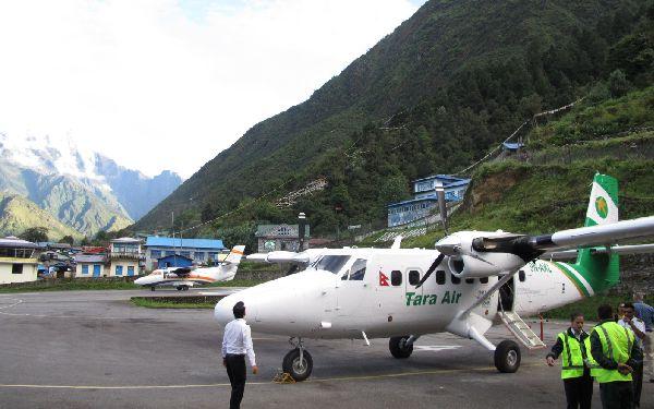 Una Twin Otter de Tara Air en el altipuerto de Lukla, al pie del Everest, destino habitual de la compañía.