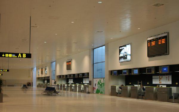 Al parecer, la empresa adjudicataria está tan vacía como los vestibulos del aeropuerto.