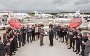 El presidente de Honda Aircraft Company, Michimasa Fujino recibe la certificación de manos del responsable de la sección de turbohélices y aeronaves de alto rendimiento de la EASA, Steven Higgins.