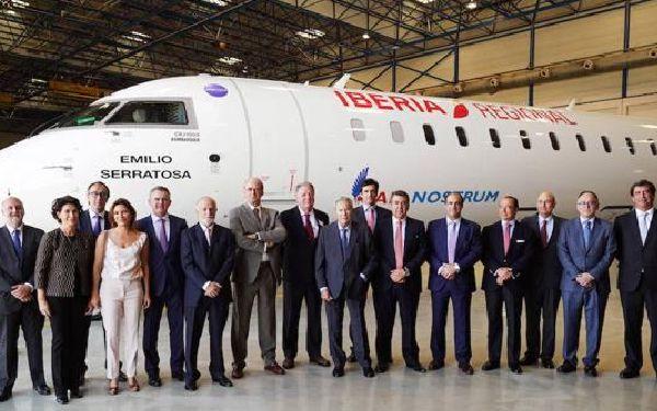 Carlos Bertomeu posa junto a los presidentes de Iberia en los últimos 22 años.