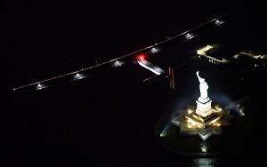 El Solar Impulse 2 despegó ayer de Nueva York para su travesía atlántica.