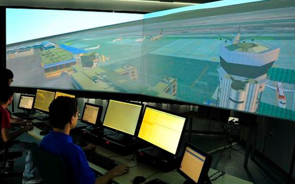 La formación de los ATC pasa por el uso de simuladores.