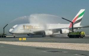 El A380, recibido con el tradicional arco de agua, a su llegada al aeropuerto de Doha.