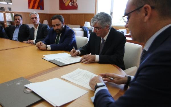 Acto de firma del acuerdo en el despacho del Rector Magnifico de la Universidad de Alicante.