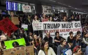 Manifestantes protestando en el aeropuerto de San Francisco por la nueva orden de Trump.
