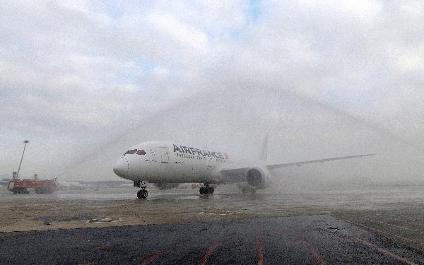 El avión fue recibido a su llegada a El Prat con el tradicional arco de agua.