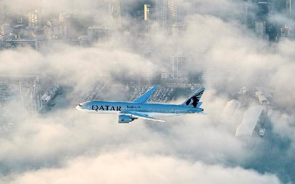 El Triple7 de Qatar Airways sobrevuela el cielo de la capital neozelandesa el pasado domingo.