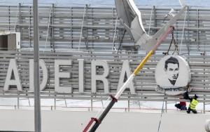 El nombre de Cristiano Ronaldo luce ya en la fachada del edificio principal del aeeropuerto.