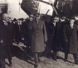 El bisabuelo del actual rey, Alfonso XIII, en la ceremonia de inauguración de Iberia en 1927.