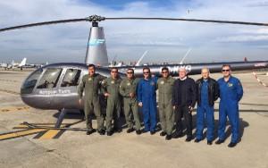 Oficiales e instructores posan ante uno de los helicópteros utilizados durante la formación.