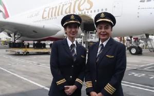 La comandante Nevin Darwish y la primer Oficial Alia Al Muhairi posan delante de su avión.