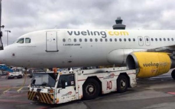 El avión recibió un impacto en su motor izquierdo.