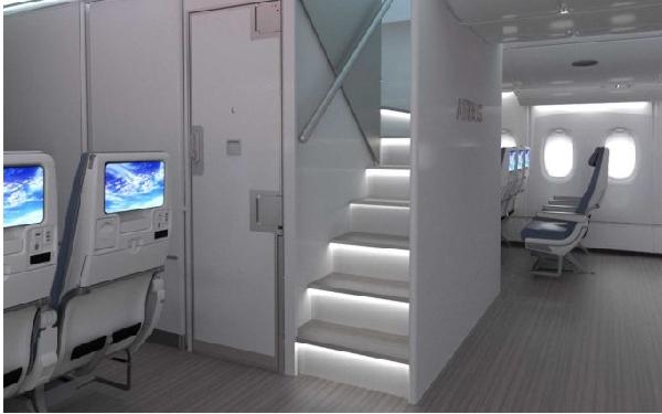 La nueva escalera delantera permite ganar espacio para asientos en el A380.