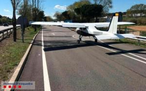 El avión se detuvo en el carril de entrada al área de servicio.