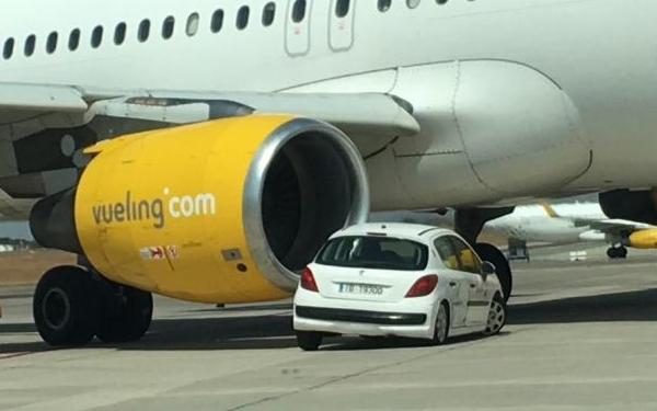 El avión colisió con el carenado de su motor derecho.