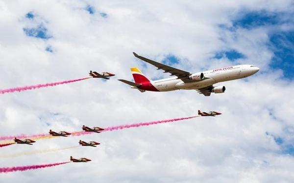 La Patrulla Aguila arropó la pasada del A330 de Iberia.