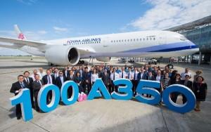 Foto de familia en la entrega de la unidad número 100 del A350 XWB.