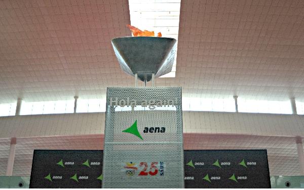 Una llama olímpica preside el Sky Center de la terminal T1 hasta el 9 de agosto.