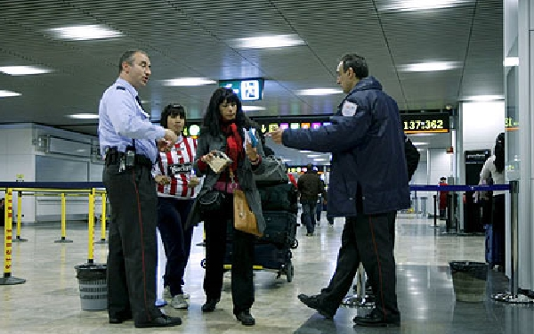 En el aeropuerto, Eulen se encarga de los filtros previos a los controles de seguridad.