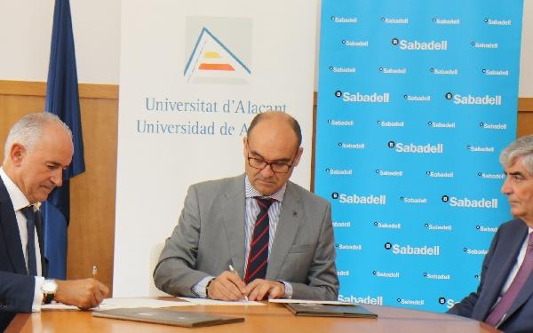 Un momento del acto de firma del acuerdo entre European Flyers, Universidad de Alicante y Banco de Sabadell.