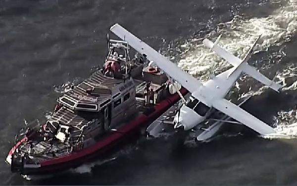 El hidro fue remolcado por un barco de la policía de Nueva York.
