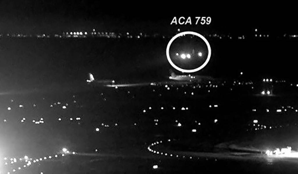 En la foto se aprecia el vuelo de Air Canada y los tráficos en la calle de rodadura.