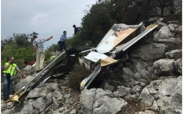 El avión cayó en una zona de difícil acceso.