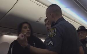 Éste es el momento en el que la pasajera es invitada a abandonar el avión.