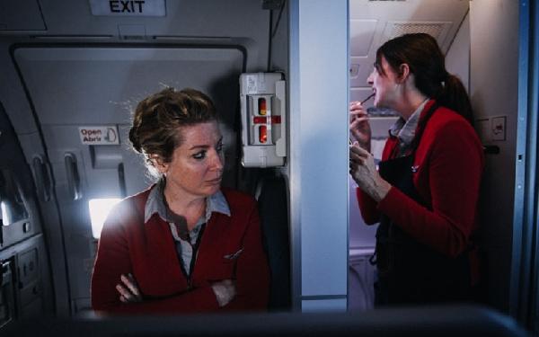 Los tripulantes de cabina, captados en los escasos momentos de intimidad a bordo.