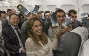 Los pasajeros del IB514 exhiben satisfechos su regalo.
