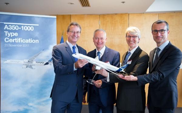 De izquierda a derecha: Charles Champion, Airbus Commercial Aircraft EVP Engineering, Trévor Woods, Director de certificación de EASA, Frederic Guerin, representante en Bruselas de la FAA, y Alain De Zotti, jefe de ingenieros de Airbus Commercial Aircraft para el A350 XWB