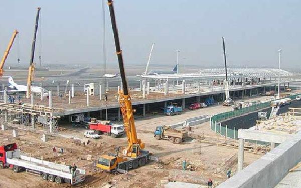 Las grúas de construcción serán una estampa habitual en los aeropuertos en un futuro próximo.