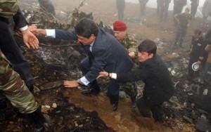 Federico Trillo en el lugar donde se estrelló el transporte militar, en las proximidades del aeropuerto de Trabzon (Turquía).
