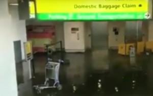 El agua inundó la zona de recogida de equipajes.