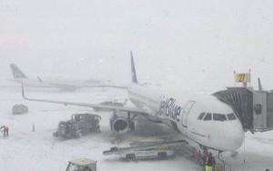 Los principales aeropuertos neoyorquinos se encuentran bajo un espeso manto de nieve.