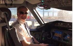 El comandante del vuelo, capitán Harold van Dam, posa sonriente al término del mismo.