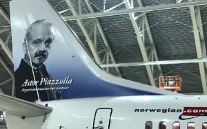 La efigie del compositor Astor Piazzolla luce en la cola del primer avión argentino de Norwegian.