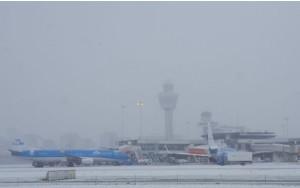 Los fuertes vientos y la intensa nevada obligaron ayer a cerrar el principal aeropuerto de Holanda.