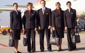 Grandes diseñadores han confeccionado los uniformes de Iberia. En la foto, prendas de Adolfo Dominguez.