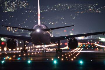 a320 jal noche pista luces