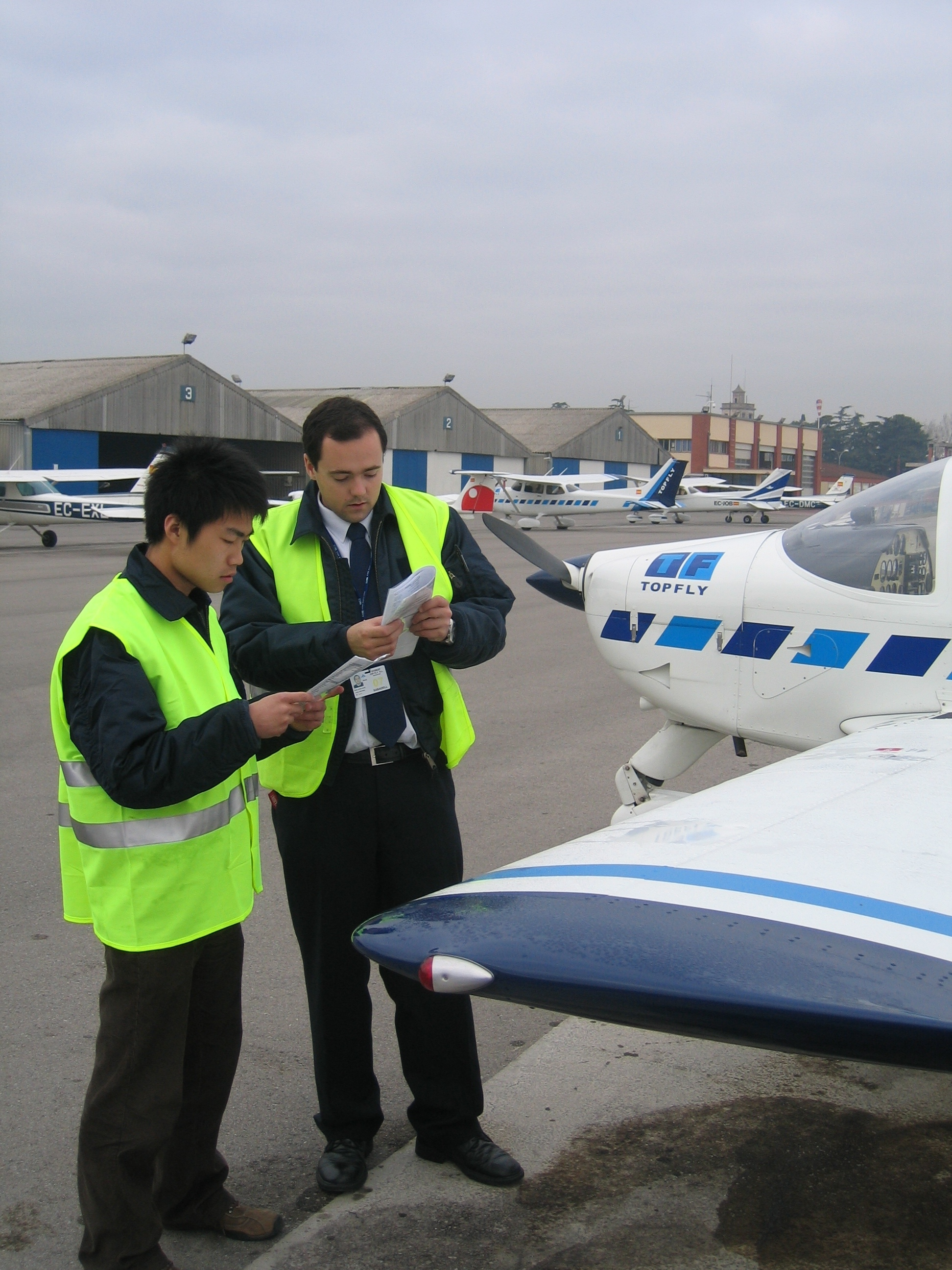 Alumno e instructor repasan la check list momentos antes de emprender el vuelo