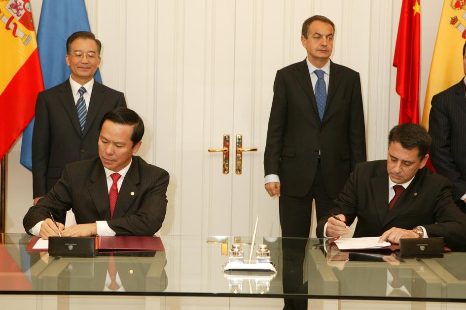 El CEO de Top Fly, Jorge Garcia Veguín y el presidente de China Eastern Liu Shaoyong firman en presencia del presidente Zapatero y del Pirmer Ministro Jiabao