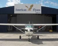 Vista frontal de uno de los hangares de la escuela American Flyers España.