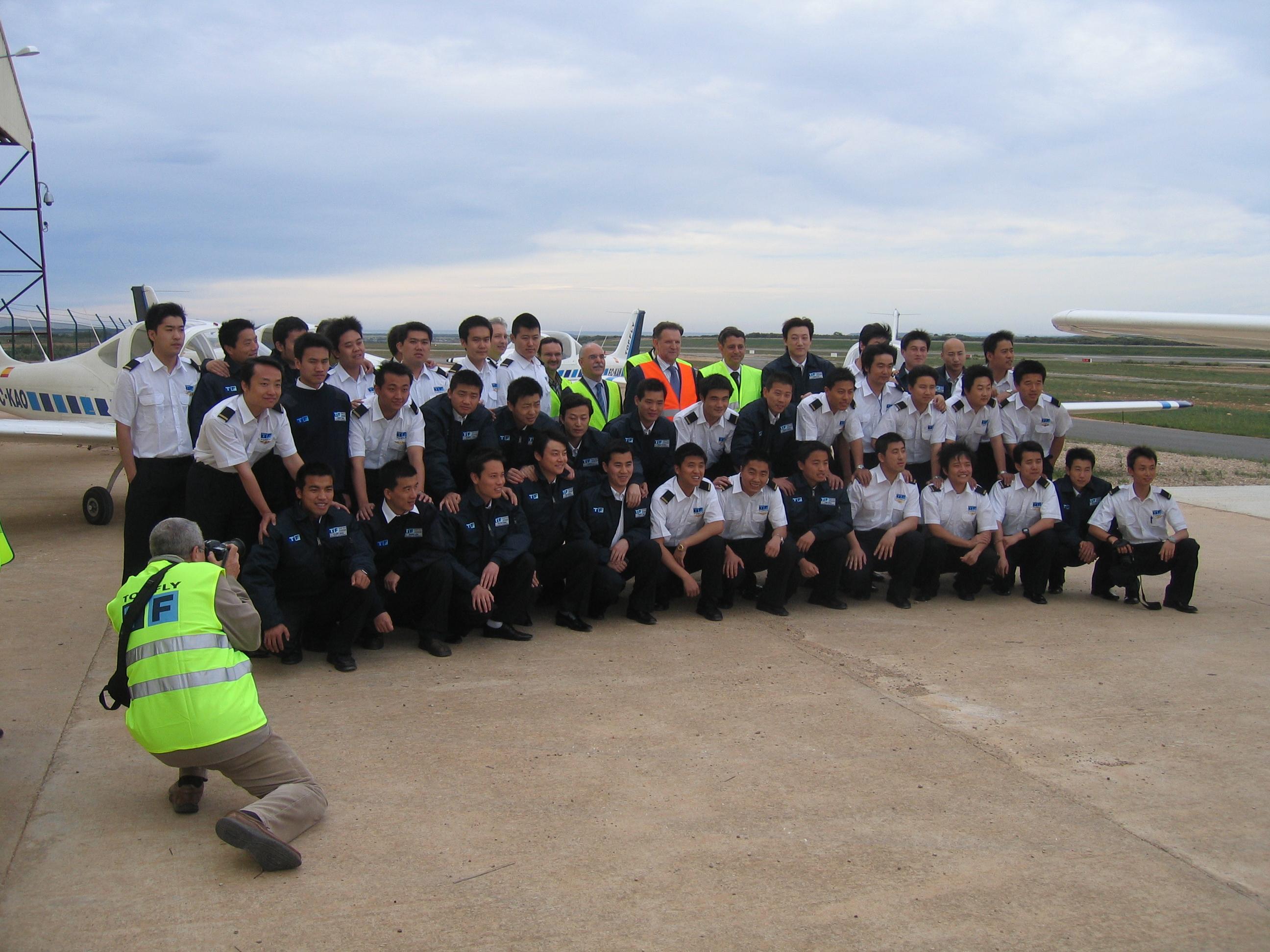 Alumnos de China Eastern en Huesca posando junto al Presidente de Aragón, en una reciente visita