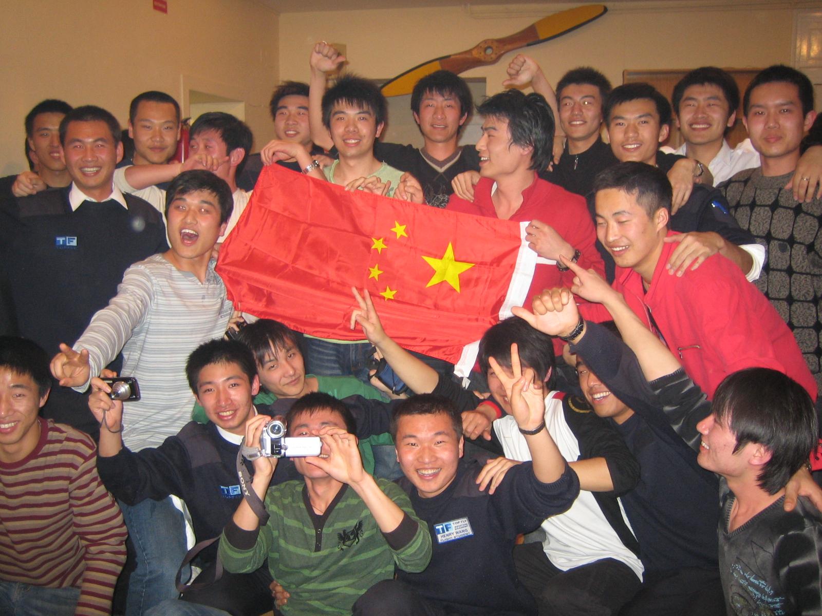 Alumnos de Air China en Top Fly Huesca celebran la llegada del año nuevo chino -febrero 2008-.