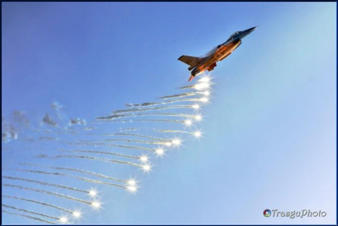 El F-16 de la Fuerza Aerea Holandesa adornando el cielo de bengalas (foto TrasguPhoto)